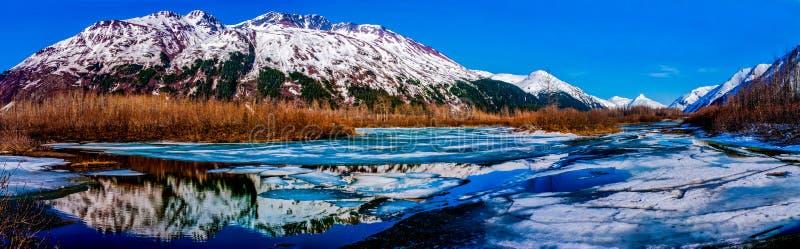 Высокая панорама Res горной цепи отразила в t стоковые изображения