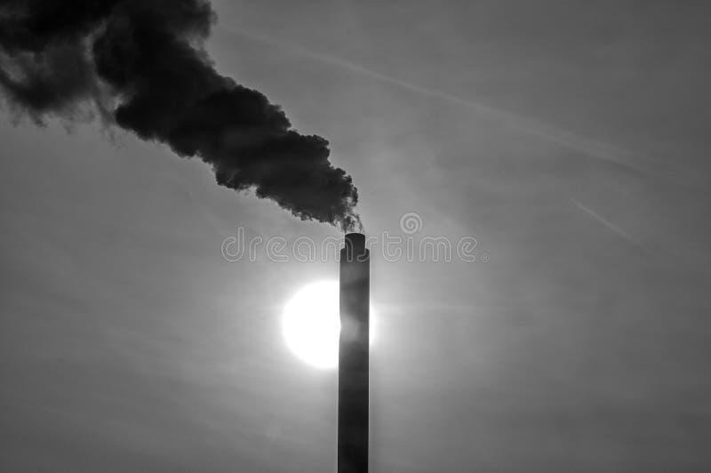 Высокая промышленная труба при дым приходя вне стоковые фото
