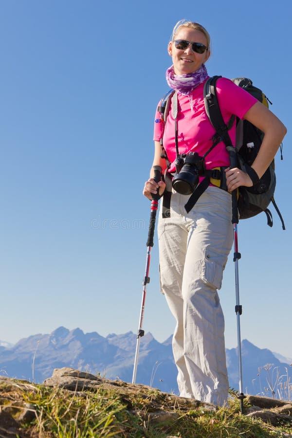 высокая hiking женщина гор стоковое изображение