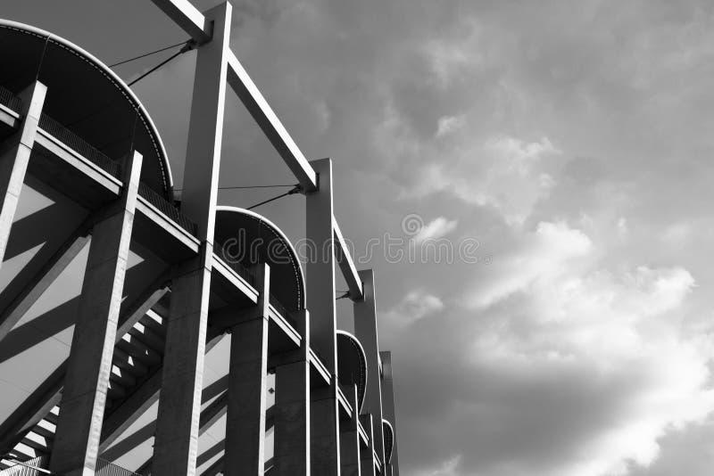 Высокие архитектонические вертикальные линии одновременного black&white здания стоковые изображения rf