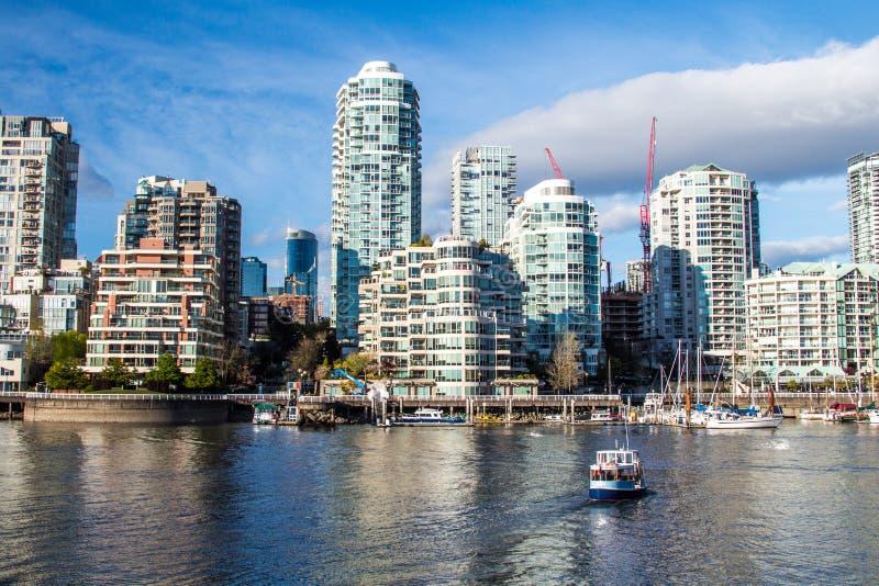 Высокие башни подъема американца городские в солнечном дне стоковые изображения