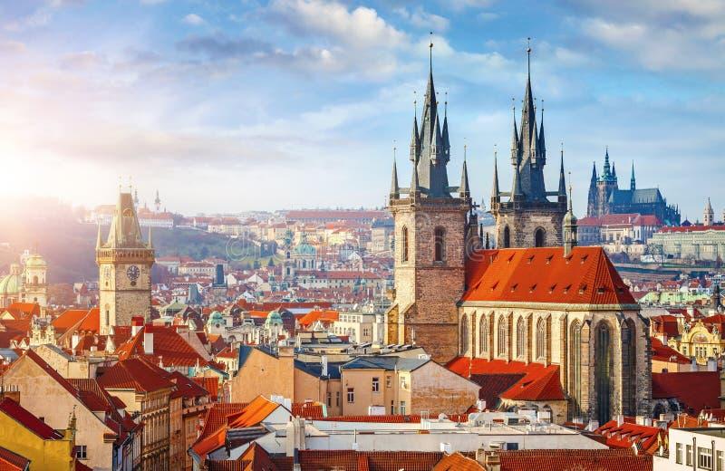 Высокие башни шпилей церков Tyn в городе Праги стоковые изображения rf