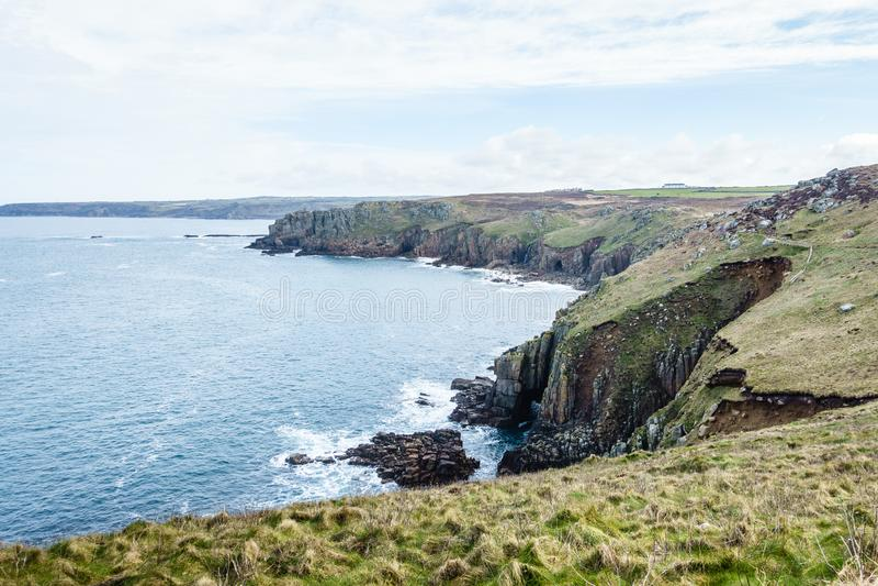 высокие берега, перерастанные с зеленой травой стоковое фото