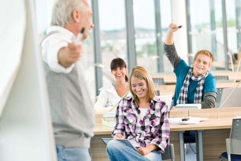 высокие возмужалые студенты 3 школы профессора стоковое фото rf