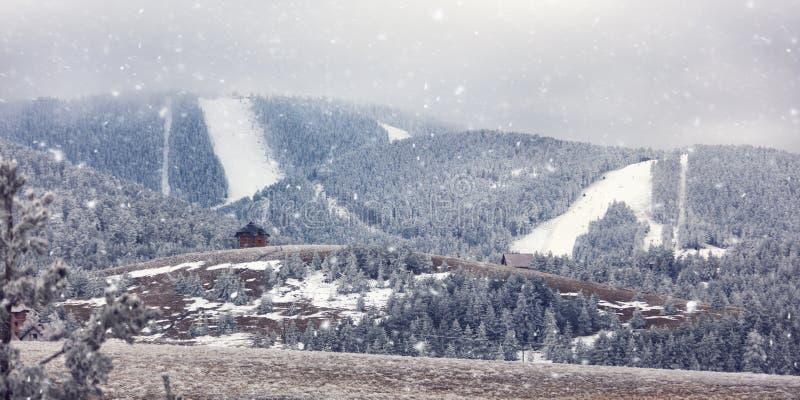 Высокие горы под снегом в ландшафте зимы стоковое изображение