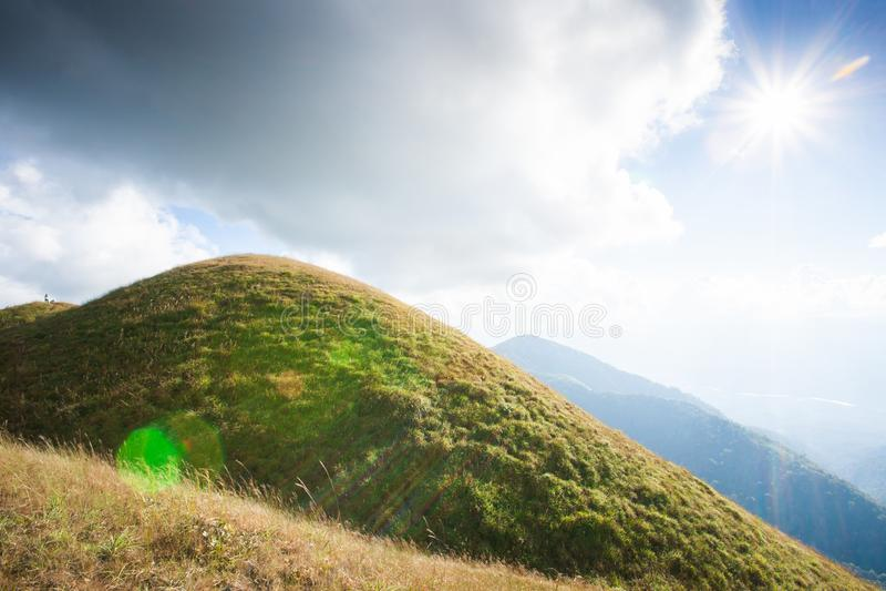 Высокие горы под солнечностью взрослые молодые Hiker пар дальше стоковое фото