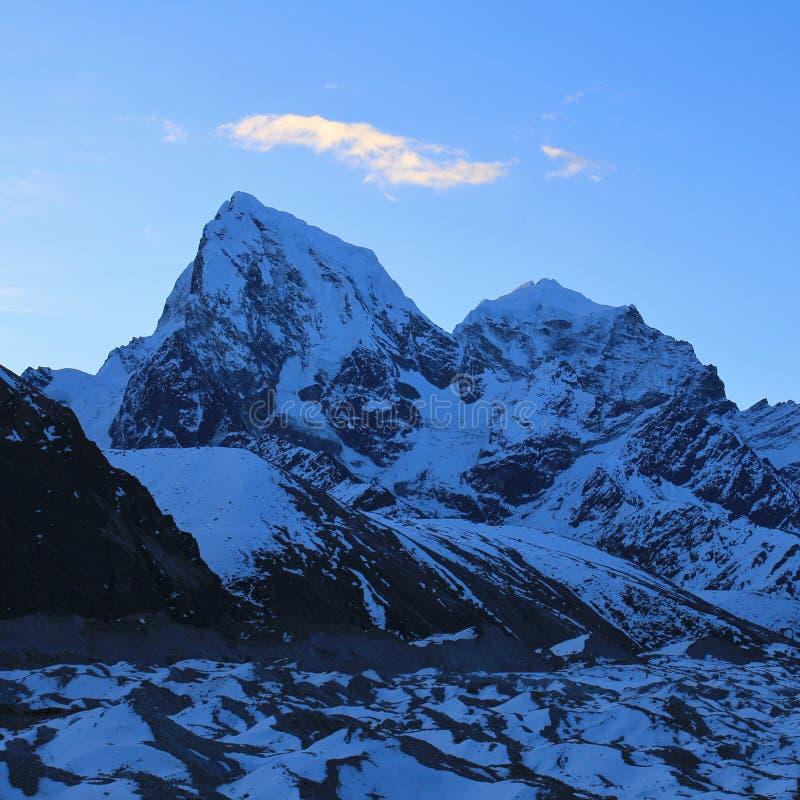 Высокие горы Cholatse и Taboche в рано утром Взгляд от стоковая фотография