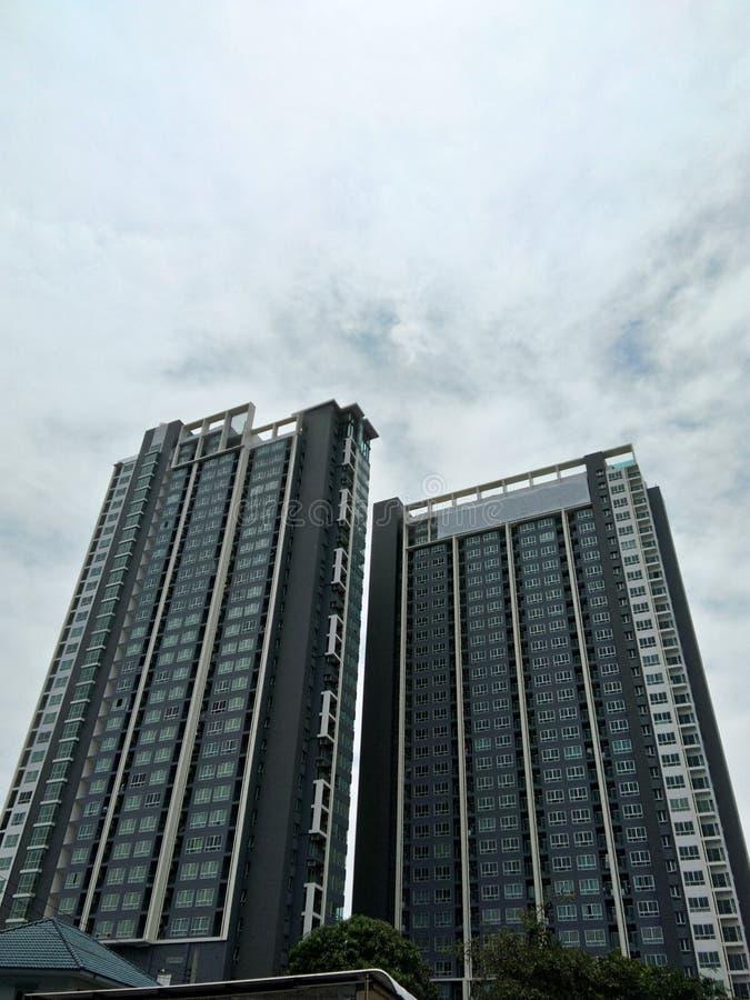 Высокие здания и облачное небо стоковые фотографии rf