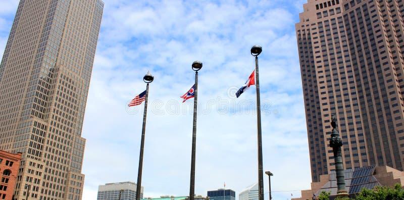 Высокие здания и 3 флага Стоковые Фотографии RF