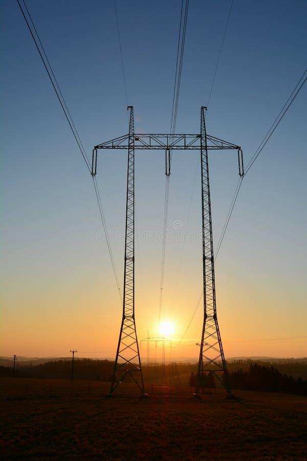 Высокие линии volatage во время захода солнца стоковые фотографии rf