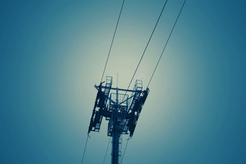Высокие колья и веревочка провода горизонта с предпосылкой неба стоковое изображение rf