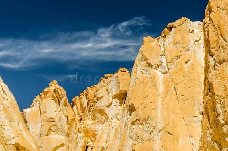 Высокие скалистые горы против голубого неба и белых облаков в пустыне в Египте Dahab южном Синай стоковые фото