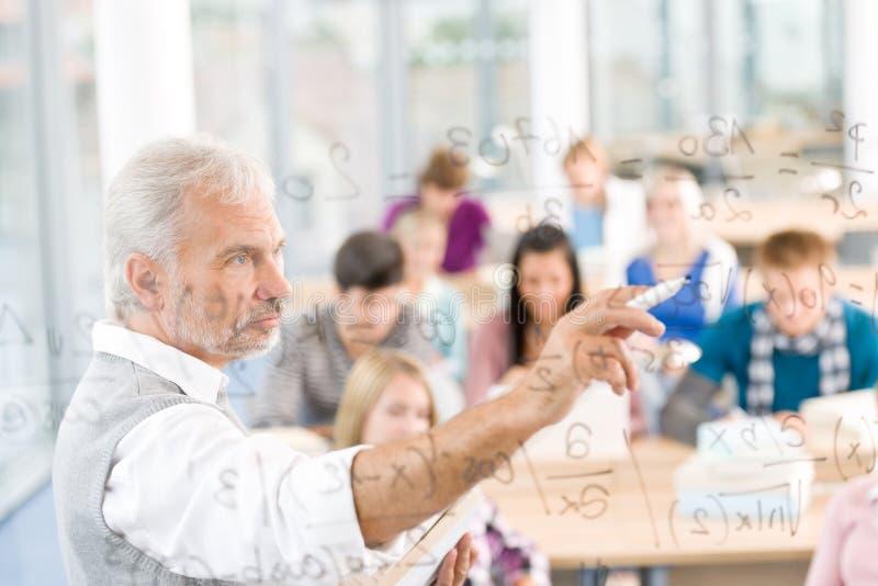 высокие студенты школы профессора математики стоковые фото