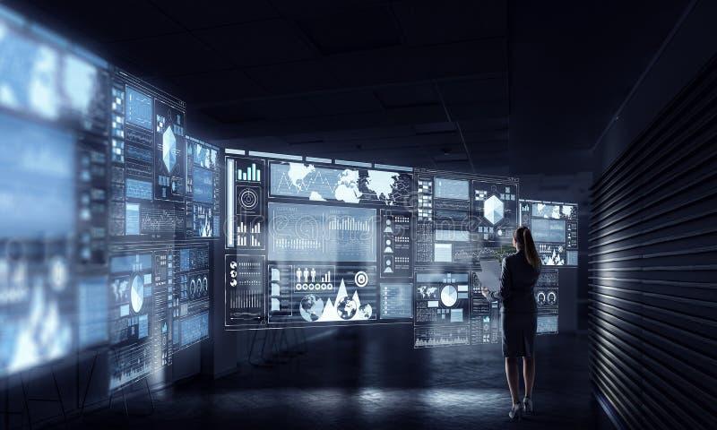 Download Высокие технологии для вашего успеха Мультимедиа Стоковое Фото - изображение насчитывающей костюм, офис: 81809186