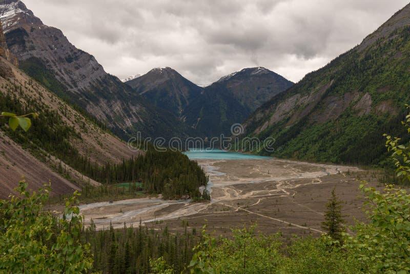 Высокий взгляд заплетенного реки водя к ледниковому озеру стоковые изображения