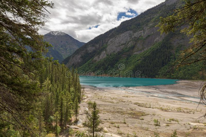 Высокий взгляд заплетенного реки водя к ледниковому озеру стоковое фото