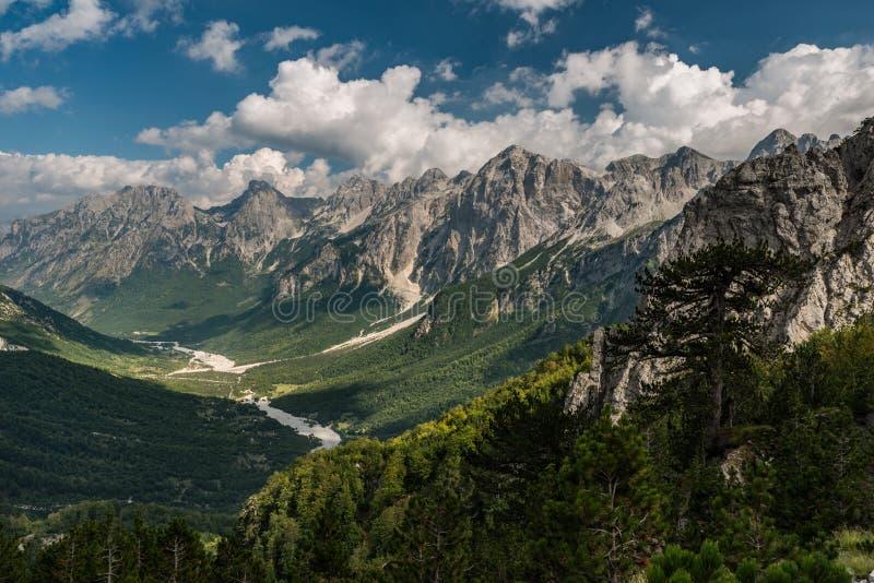 Высокий взгляд национального парка долины Valbona, Албании стоковое изображение rf