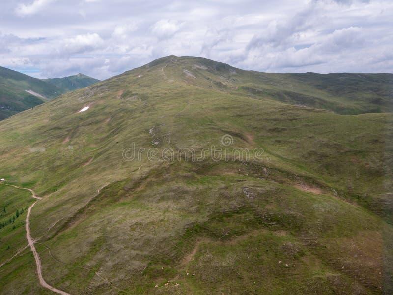 Высокий высокогорный ландшафт саммита горы стоковое фото