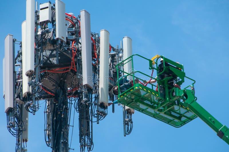 Высокий в воздухе, рабочих классах поддерживайте башню клетки стоковое фото rf