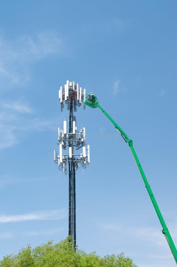 Высокий в воздухе, рабочих классах поддерживайте башню клетки стоковая фотография