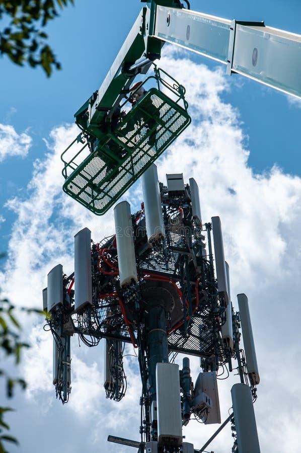 Высокий в воздухе, рабочих классах поддерживайте башню клетки стоковое изображение