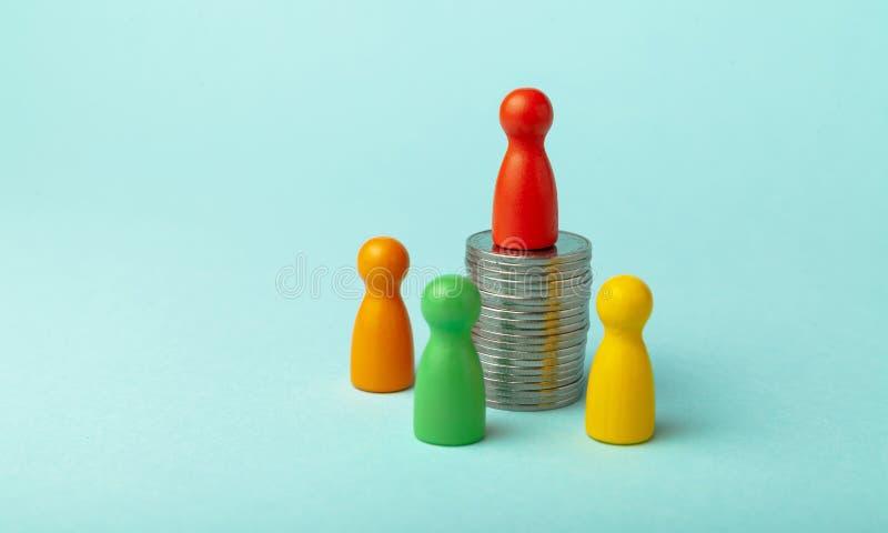 Высокий доход, неравенство в зарплатах для бизнеса Богатая фигура стоит на монетах, окруженных бедными стоковые изображения