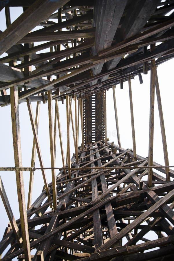 Высокий железнодорожный мост сделанный деревянный typesetting испускает лучи стоковое фото rf