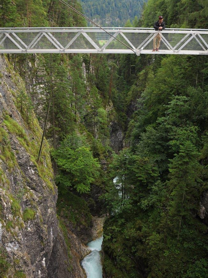 Высокий мост над ущельем с человеком стоковое изображение