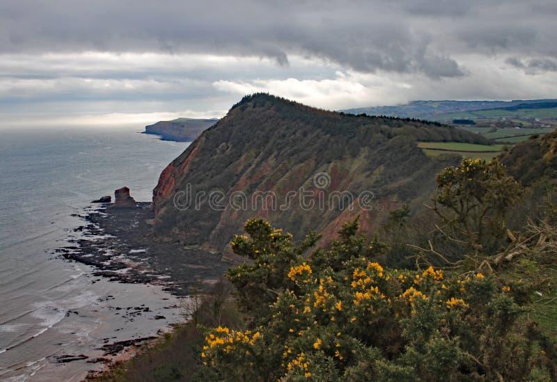 Высокий пиковый холм около Sidmouth в Девоне на бурный день Часть южного западного прибрежного пути стоковые фото