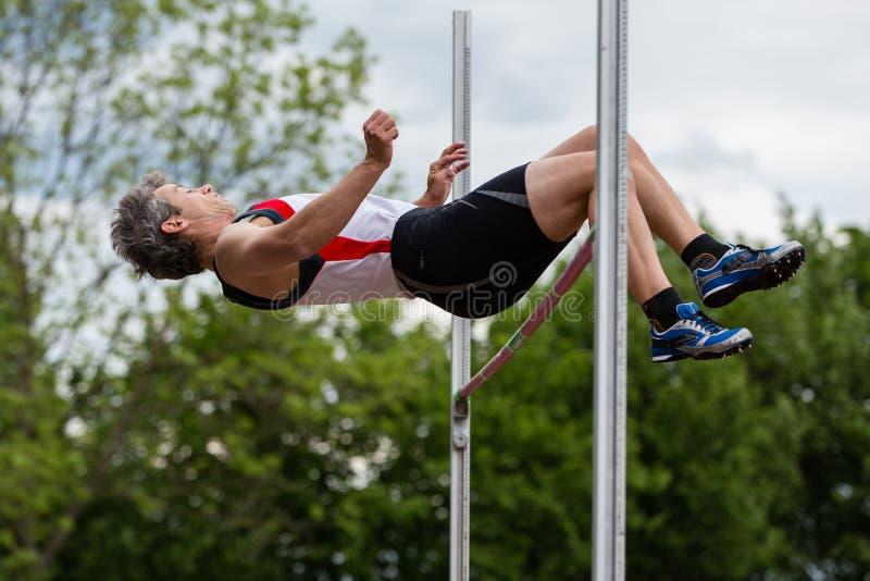 высокий прыжок спортсмена стоковое изображение rf