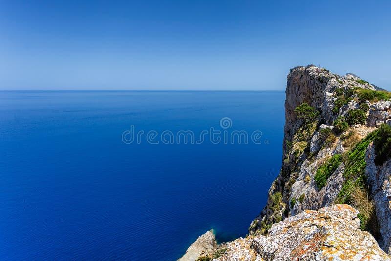 Высокий скалистый взгляд края скалы на полуострове Formentor, Мальорке стоковые изображения rf