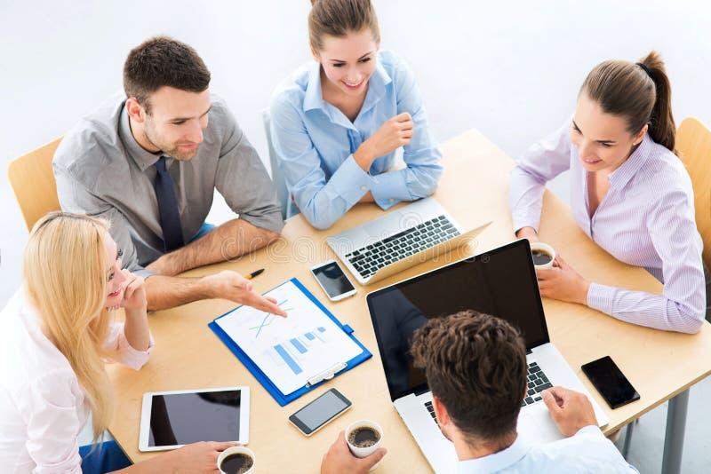 Высокий угол бизнесменов на таблице стоковая фотография rf