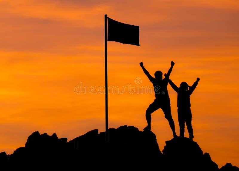 Высокий успех, силуэт 2 людей делает высокую руку стоковые изображения