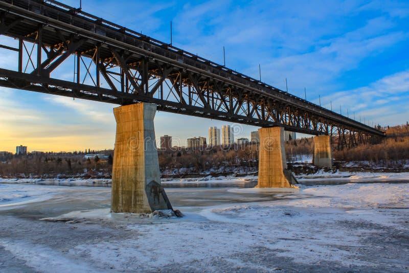 Высоководный мост над замороженным рекой стоковые изображения