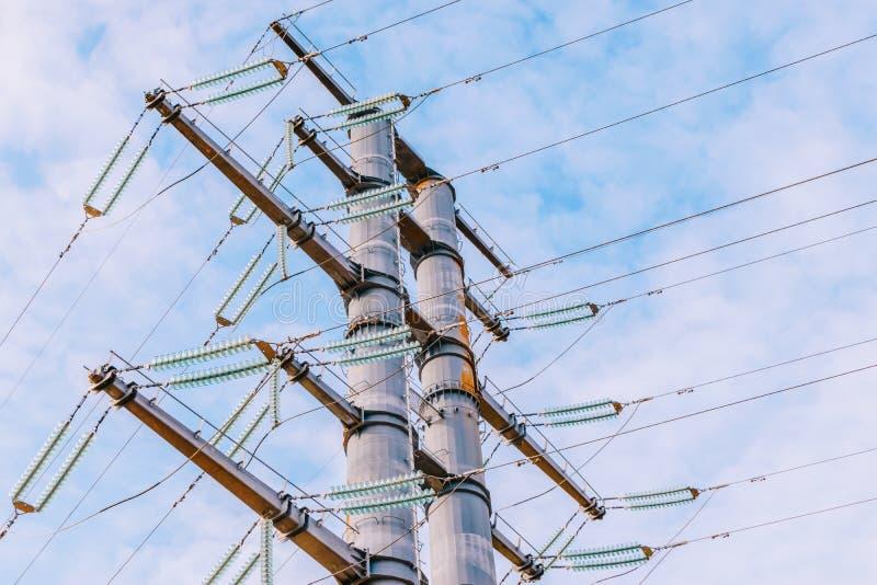Высоковольтная башня на голубом небе стоковые фотографии rf