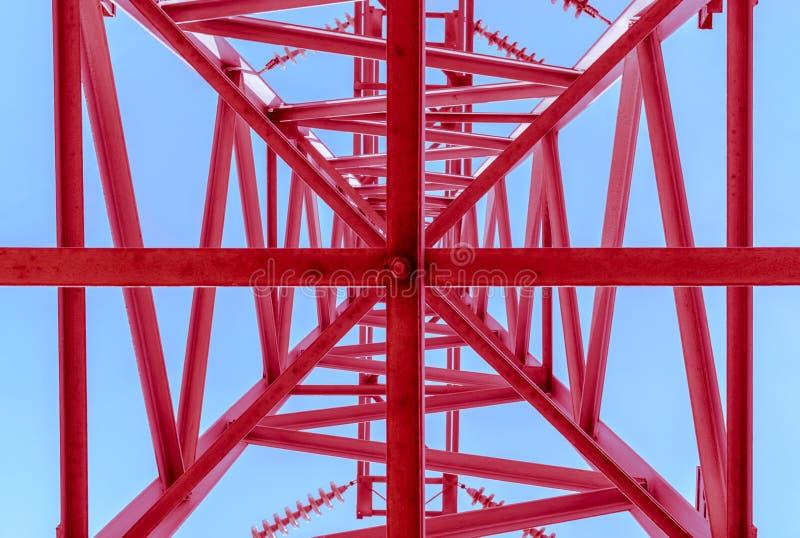 Высоковольтные линии электропередач, нижний взгляд Красная станция распределения электричества стоковая фотография