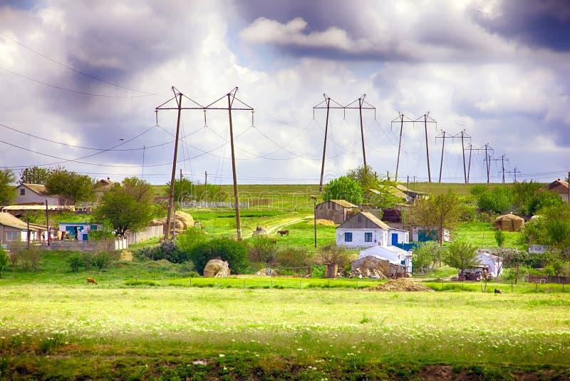 Высоковольтные опоры линии электропередач на фоне vill лета стоковое фото