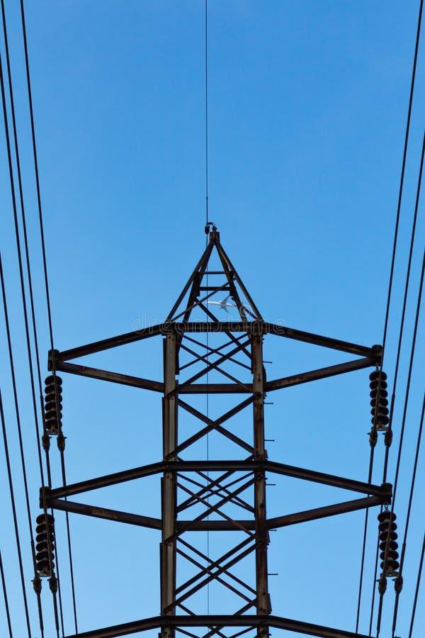Высоковольтные столб или башня высокого напряжения стоковое изображение rf
