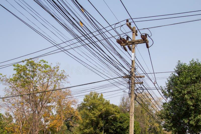 Высоковольтная опора линии электропередач при запутанные провода стоковое фото rf