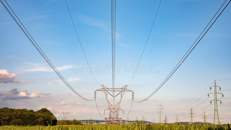 Высоковольтная опора на небесах предпосылке, башне передающей линии стоковая фотография rf