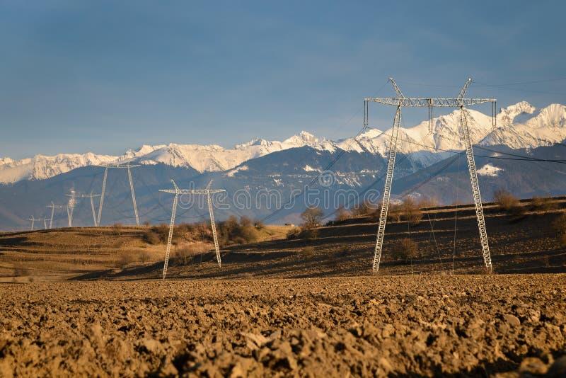 Высоковольтные башни и провода силы стоковая фотография rf