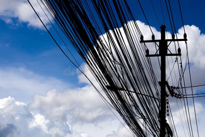 Высоковольтные башни передачи с электрическим проводом стоковое изображение