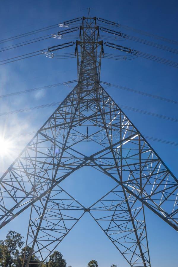 Высоковольтные передающие линии использованы для того чтобы передать электрический po стоковая фотография
