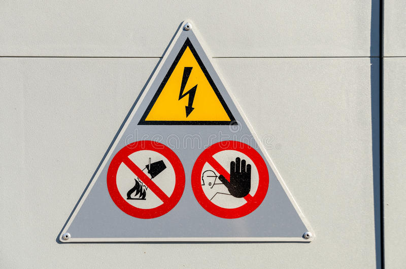 Высоковольтный знак опасности стоковая фотография