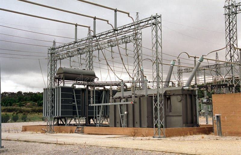 Высоковольтный трансформатор с облачным небом стоковые фото
