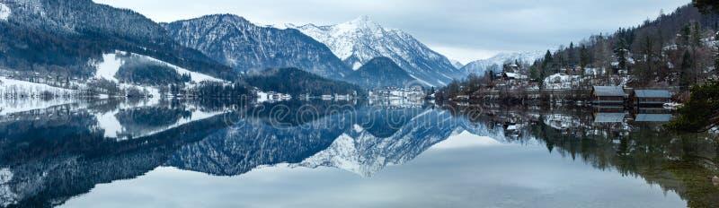Высокогорная панорама озера зимы (озеро Grundlsee, Австрия). стоковые фотографии rf