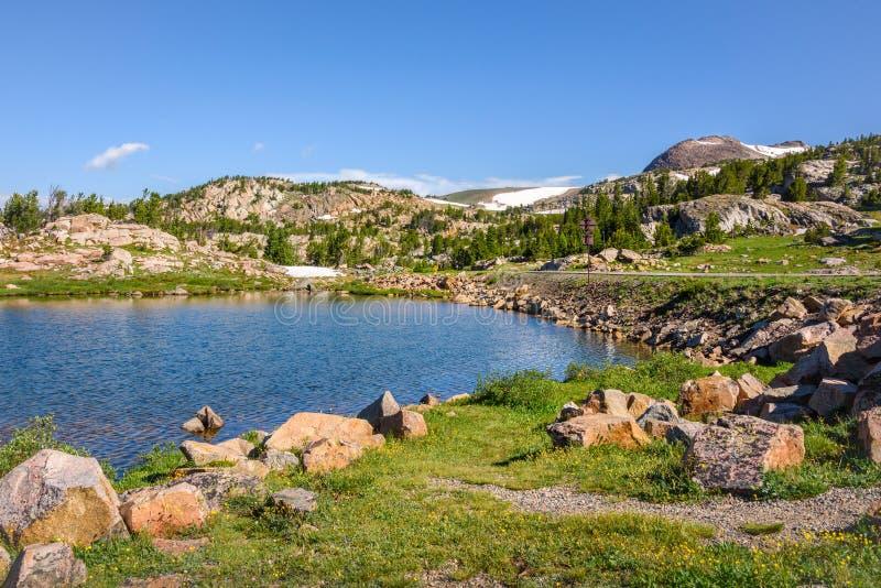 Высокогорное озеро вдоль шоссе Beartooth Парк Йеллоустона, Вайоминг стоковые фотографии rf