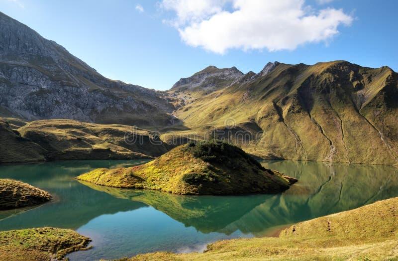 Высокогорное озеро в солнечном дне стоковое изображение rf