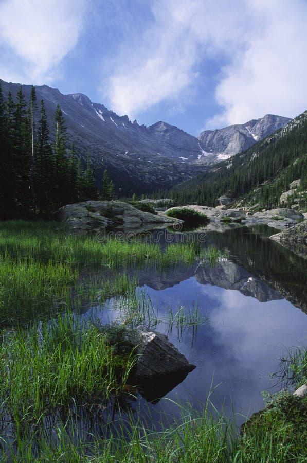 высокогорные горы озера утесистые стоковое фото rf