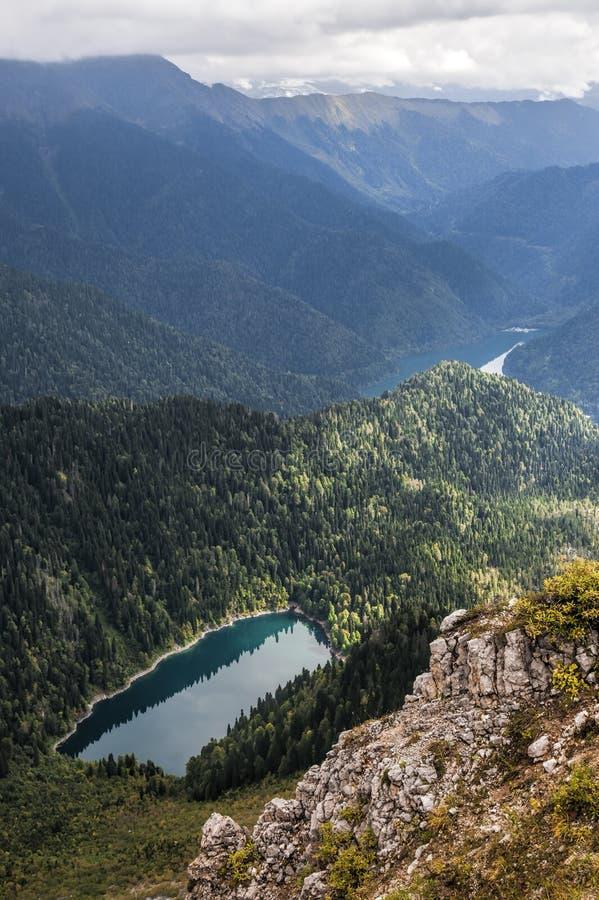 Высокогорные озера меньшее Ritsa и большое Ritsa в абхазии в горах Кавказа стоковое фото